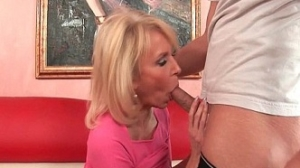 Abuela adorna su boca con una verga que le da el semen que desea