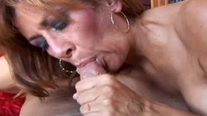 Descargando el semen en la lengua de esta vieja puta