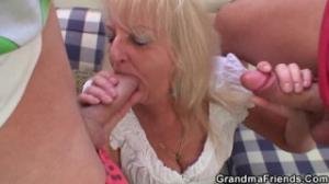 Dándole a la vieja por el culo
