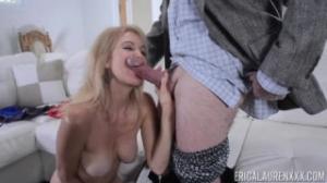 Un viejo se folla a Erica Lauren al verla en el sofá masturbándose